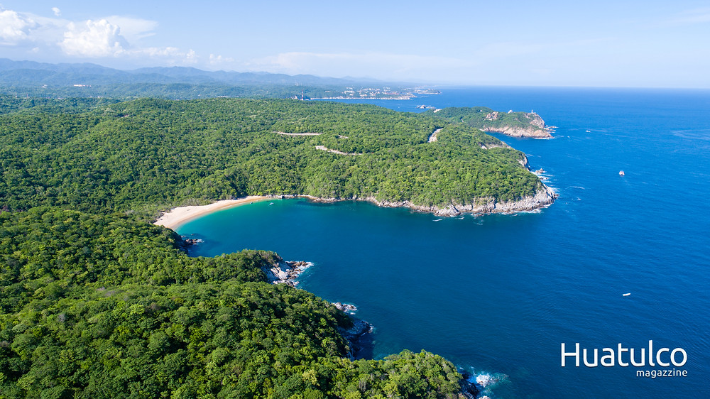 Fotografía aérea de la bahía el órgano, huatulco.
