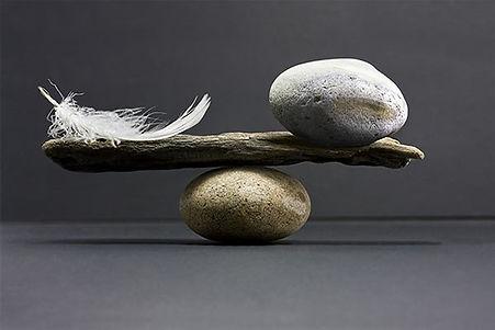 équilbre plume pierre