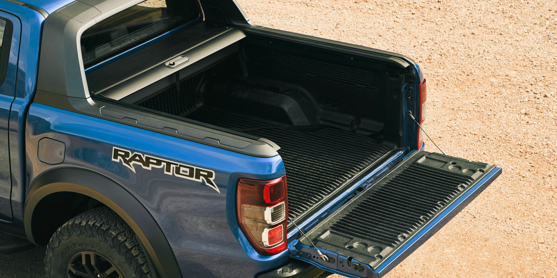 2018_FORD_RAPTOR_Shot20_LoadBedCover_04d