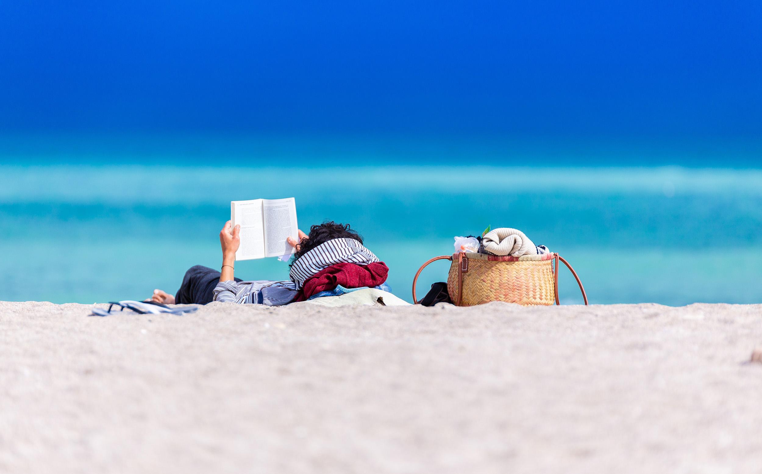 reading_on_beach_2