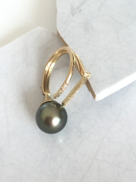 Yellow gold, diamonds and Tahitian pearl ring