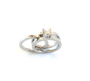 Bague de fiançailles et alliance sertie d'un diamant princesse