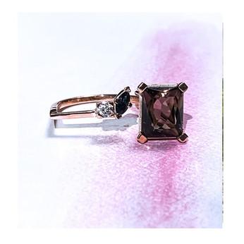 Bague réalisee en or jaune et or rose le tout serti d'un quartz fumé , diamant et saphir