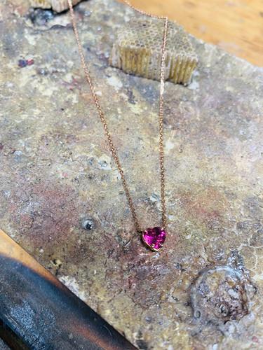 Collier or rose serti d'une tourmaline coeur