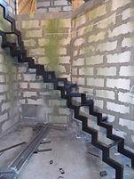 Поворотная забежная лестница 240 грд. на ломаных косоурах.