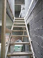 Площадочная лестница на 90 грд. на тетивах с перильным ограждением.