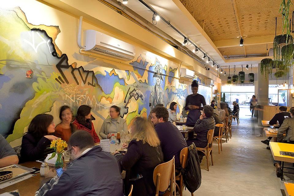 Mandioca Cozinha, novidade no centro de São Paulo, tem painel multicolorido do artista plástico Enivo. Crédito das fotos: Mauro Holanda.