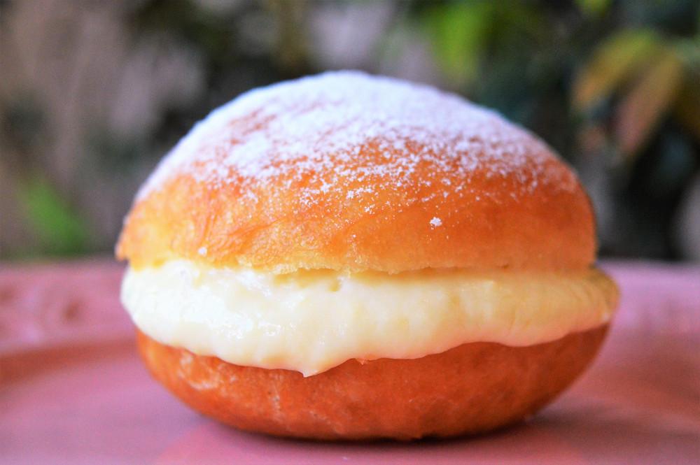 Sonho recheado com creme de baunilha do Toasty Confeitaria e Café