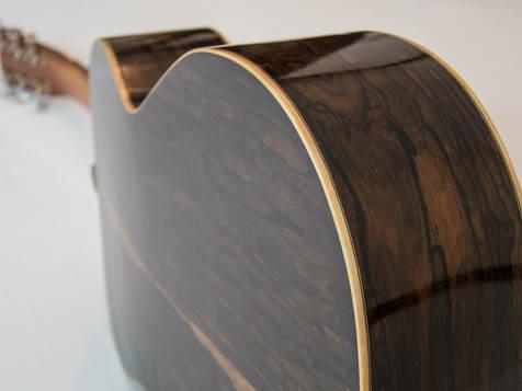 OM-Zirikote - Korpusform: Orchestermodell - Decke: Südtiroler Alpenfichte (AAA) - Boden und Zargen: AAA-Zirikote - Alle Verbindungen mit Hautleim - Finish: Schellack - Griffbrett, Stegstecker und Steg: Ebenholz (Afrika) - Binding: Ahorn, geflammt - Sattel, bzw. Stegeinlage: Knochen - Mechaniken: Schaller Grand Tune.
