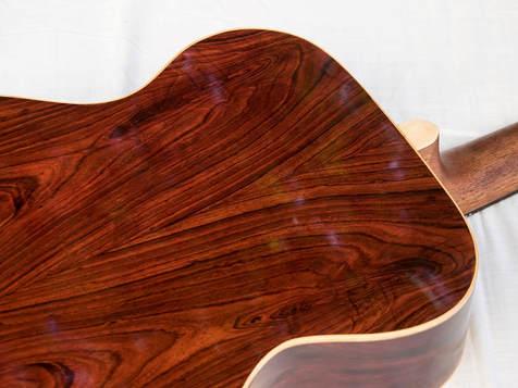 OM-Cocobolo - Korpusform: Orchestermodell - Decke: Tiroler Alpenfichte (AAA) - Boden und Zargen: Cocobolo - Alle Verbindungen aus Hautleim - Finish: Schellack (Decke/Boden/Zargen) - Griffbrett und Steg: Ebenholz (Afrika) - Stegstecker: Ebenholz - Binding: Ahorn - Sattel, bzw. Stegeinlage: Knochen - Mechaniken: Schaller Grand Tune - Inlays: Perlmutt - Halsbreite: 44mm - Halsprofil: C/schlank - Rosette: Nuss.
