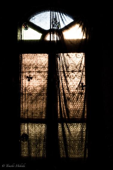 砂漠のホテルの素敵な窓・・