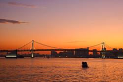 レインボーブリッジと船