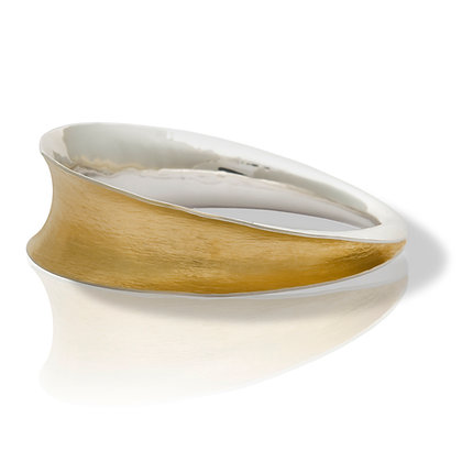 Flowing curves oval bangle