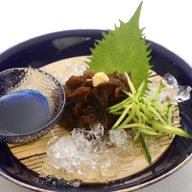 【沖縄太もずく】南国の太陽をしっかり浴びて育ったもずくは、しっかりとした食感が魅力です。