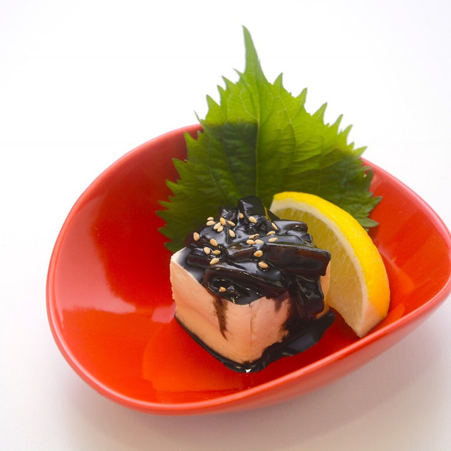 【いか墨 塩辛】沖縄で捕れたイカをイカスミでしっかりと漬け込んだ味わい深い塩辛です。