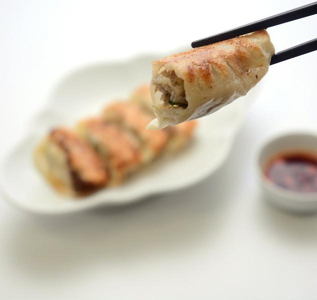 【あぐー豚餃子】希少な沖縄固有の島豚あぐーを餃子で包んだ逸品です。
