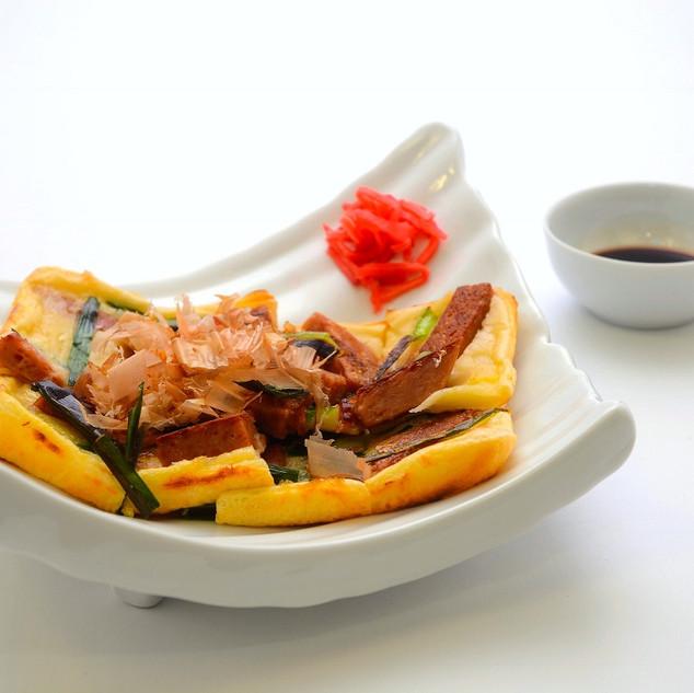 【ヒラヤーチー(ツナ/ポーク)】「ヒラヤーチー」とは「平焼き」の沖縄方言読みで、沖縄式のお好み焼き。 伝統の家庭料理です。