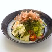 【島豆腐と海ぶどうのサラダ】海ぶどうの食感と、島豆腐のさっぱり感が南の海を感じさせてくれる一品。