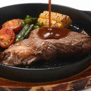 【A1ソースで食す 牛肉ステーキ】沖縄でポピュラーな濃厚A1(エーワン)ソースをご自身でお好みで絡めて召し上がってください。