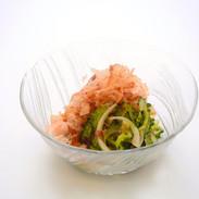 【ゴーヤと鰹節のサラダ】沖縄直送の新鮮なゴーヤと鰹節との相性が抜群です。