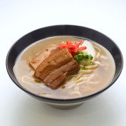 【三枚肉そば(毎日)】小麦粉で作る沖縄そばに沖縄では定番の三枚肉を盛り合わせた人気のあるそばです。
