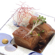 【ラフテー】沖縄県島豚料理の代表的存在。島豚のバラ肉をトロトロに約半日煮込んだ絶品料理です。