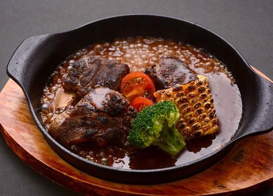 【本ソーキ肉の炙り焼き】この焼き加減がたまらない! ソーキとは、沖縄で豚の骨付き肉(スペアリブ)のことを指します。