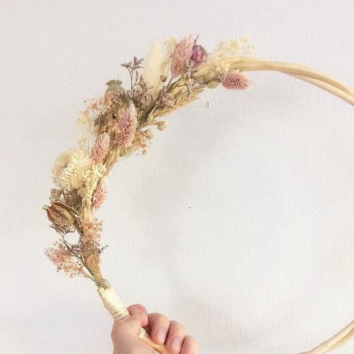 Couronne de fleurs séchées Madame Capucine - rose clair
