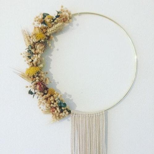 Couronne de fleurs séchées Madame Capucine - moutarde et macramé
