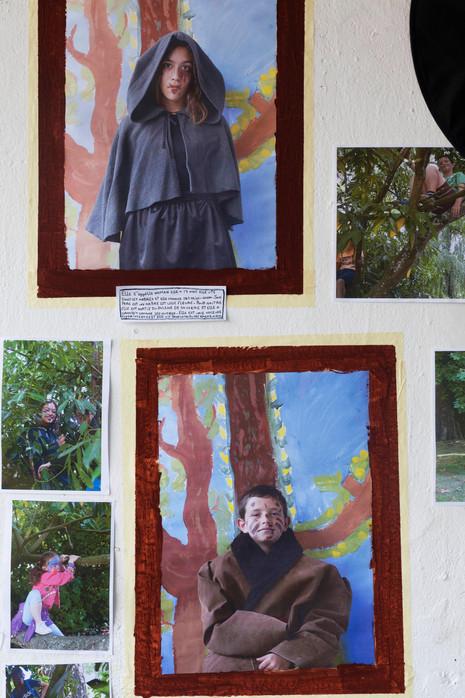 Quel élément!          Un atelier de 5 jours  pour enfants d'âges différentes (6-12) dans le cadre des Ateliers ALSH à La Source La Guéroulde.  Les enfants sont guidés et encouragés à créer leurs propres tribus selon des inspirations données jour par jour par l'intervenante, et à les explorer selon des codes de la recherche anthropologique, à l'aide de la pratique photographique mais aussi de la performance, du dessin, de l'assemblage, l'art vivant et la parole. Les enfants deviendront ainsi à la fois l'objet d'exploration et le sujet qui explore, et après la création d'un univers spécifique ils feront en sorte d'organiser une vraie exposition dont ils seront les médiateurs.