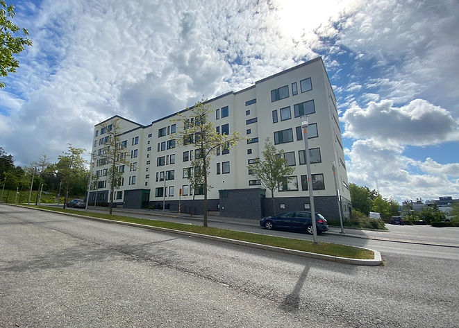Vitt lägenhetshus, bostadsrätter gata