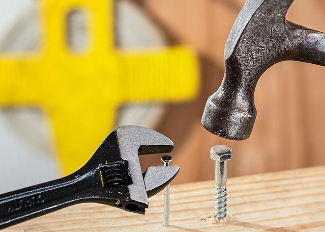 Hammare och skiftnyckel samt spikar