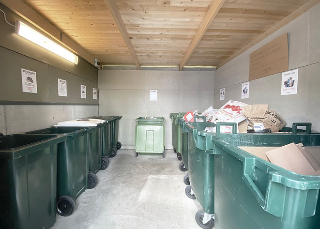 Gröna soptunnor i miljöstation, soprum