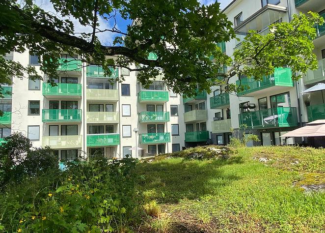 Träd, grönska och färgglada balkonger