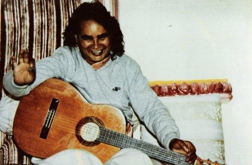 Babaji suona la chitarra