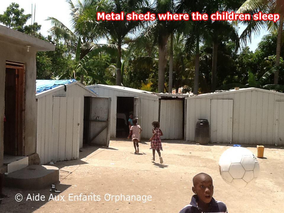 Barracas de latão onde as crianças dormem