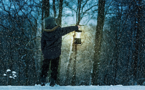 Lantern in the snow.png
