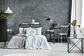 Moderne slaapkamer met donkere muur