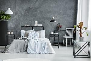 Современная спальня с темной стеной