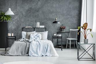 Modernes Schlafzimmer mit dunkler Wand