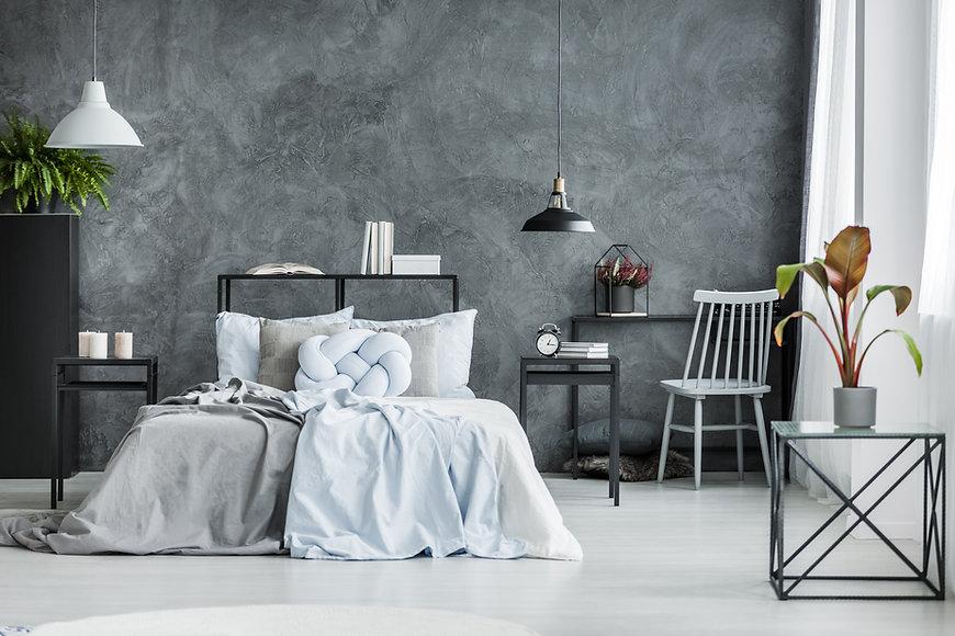 Modernt sovrum med mörk mur