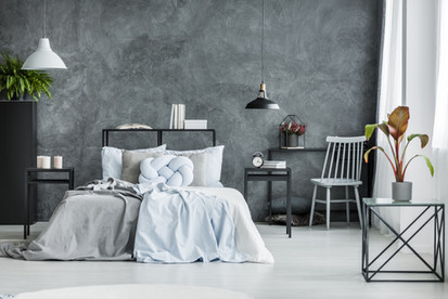 Nowoczesna sypialnia z ciemną ścianą