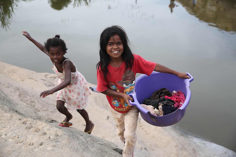 deux jeunes filles malgaches portant la lessive