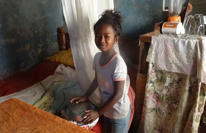 fille malgache dans son habitation
