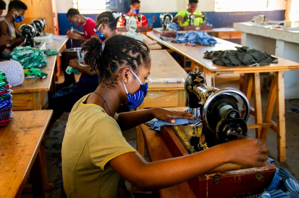 femme malgache en train de fabriquer un masque