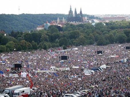 Největší demonstrace v Česku od roku 1989 oznamují konec politické stability