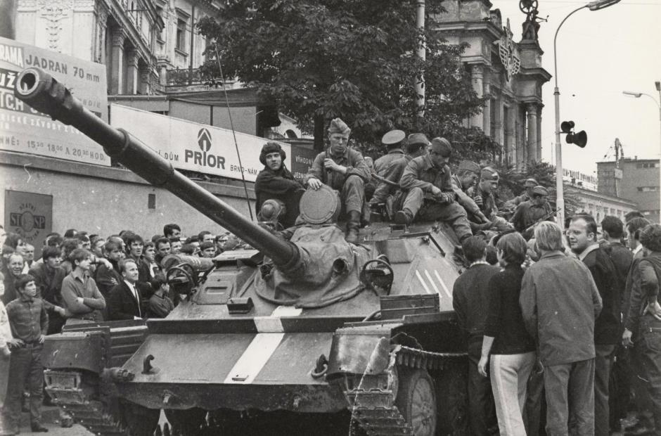 Obyvatelé Brna, snažící se sovětským vojákům vysvětlit situaci