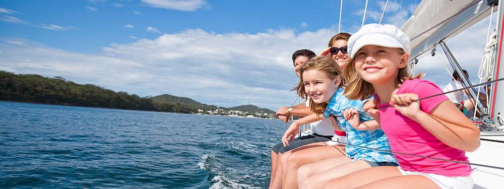 Дети на яхте сидят