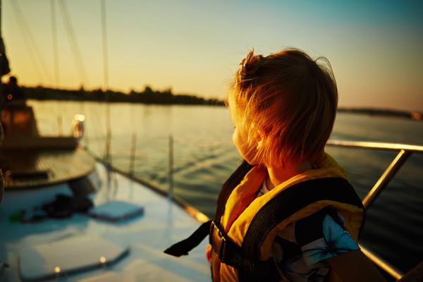 Ребенок на яхте