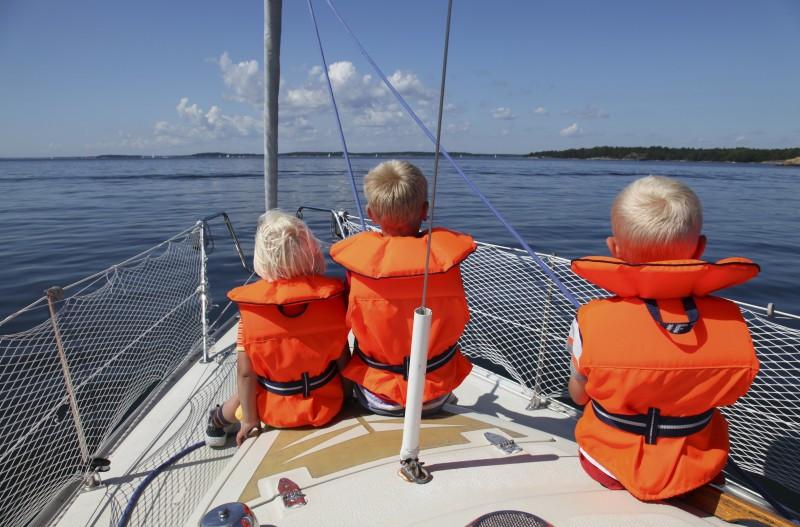 Дети на яхте в спасательных жилетах